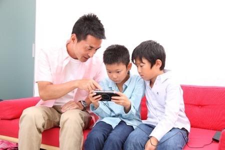 ゲームをする父と子