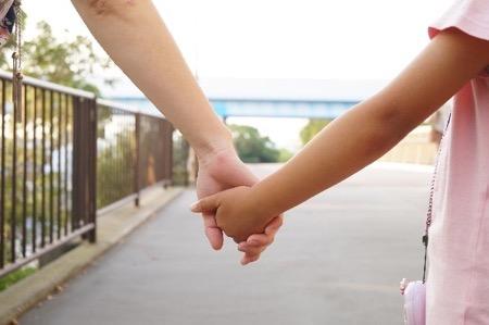 手をつないている親子